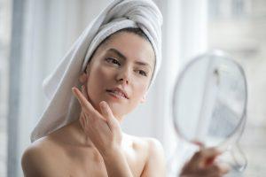 girl using manuka honey on skin
